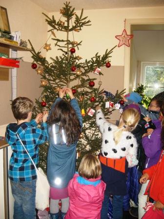 Weihnachtsbaum Schmucken In Der Talstrasse